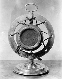 Eredeti_mikrofon_az_1920-as_évek_végéről,_a_csehszlovák_rádió_kezdeti_idejéből._Fortepan_56105